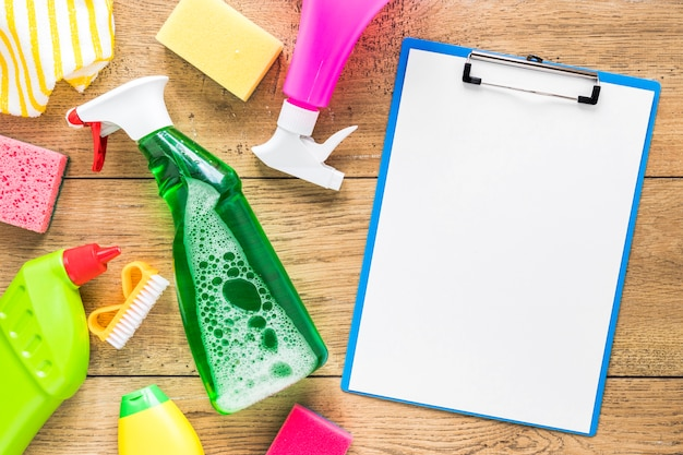 Acima vista arranjo com produtos de limpeza e área de transferência