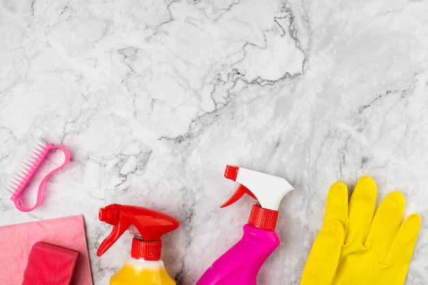 Acima vista arranjo com produtos de limpeza na mesa de mármore