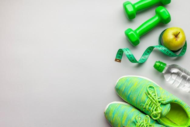 Acima, vista, arranjo, com, verde, dumbbells, e, copy-space