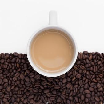 Acima vista arranjo com xícara de café e feijão