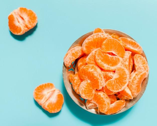 Acima vista arranjo de fatias de laranja