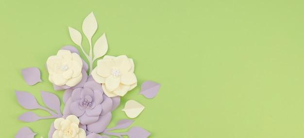 Acima vista arranjo floral sobre fundo verde