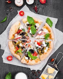 Acima vista arranjo fofo de fatias de pizza