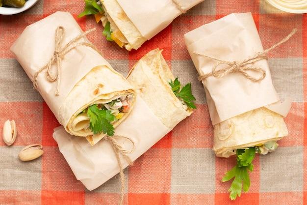 Acima vista burritos na toalha de mesa