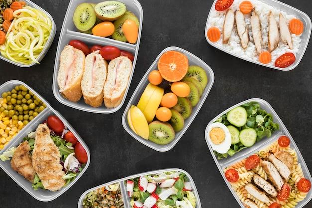 Acima vista comida deliciosa em recipientes