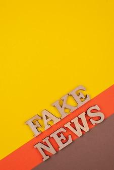 Acima, vista conceito de notícias falsas com cópia-espaço