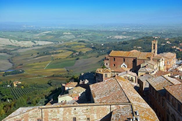 Acima vista da cidade velha de montepulciano na toscana, itália