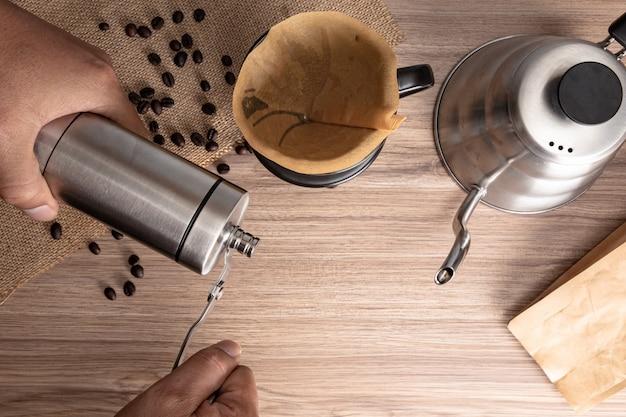 Acima vista de pessoas fazendo gotejamento de café