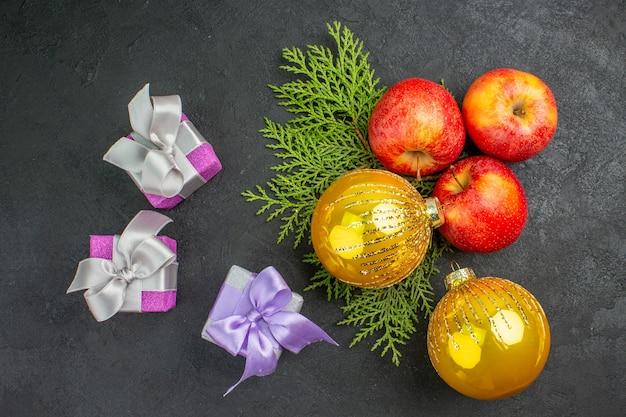 Acima, vista de presentes e maçãs frescas orgânicas naturais e acessórios de decoração, uma xícara de chá
