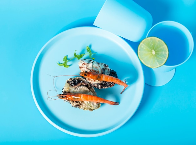 Acima vista decoração com camarões na chapa azul