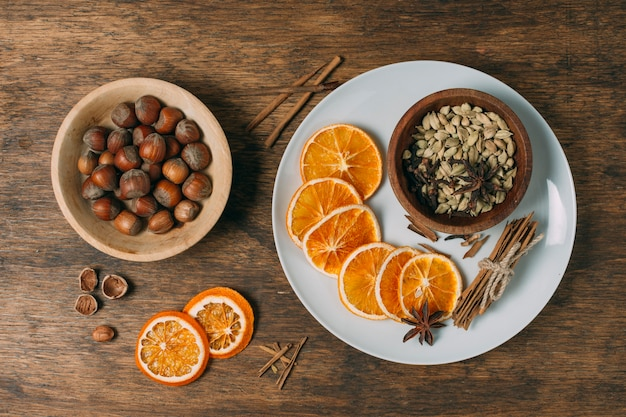 Acima vista decoração com fatias de laranja e avelãs
