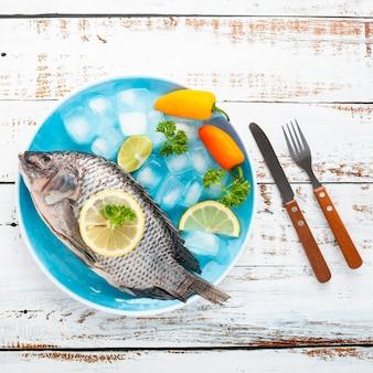 Acima vista decoração com frutos do mar e fundo de madeira