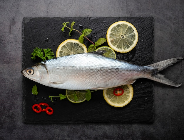 Acima vista decoração com frutos do mar e limões