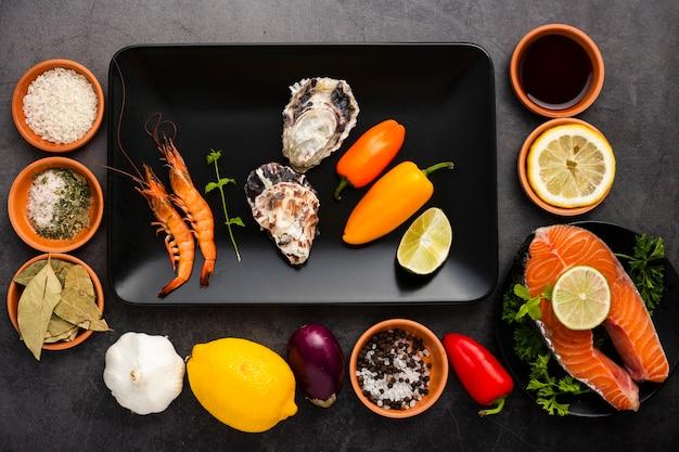 Acima vista decoração com salmão e legumes