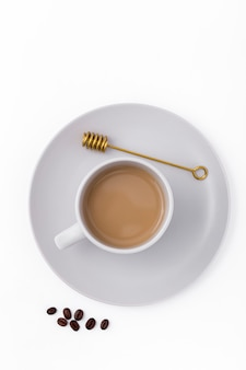 Acima vista decoração com xícara de café e feijão