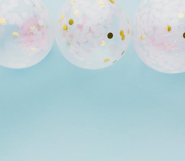 Acima vista decoração de festa com balões