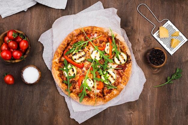 Acima vista deliciosa pizza de rúcula