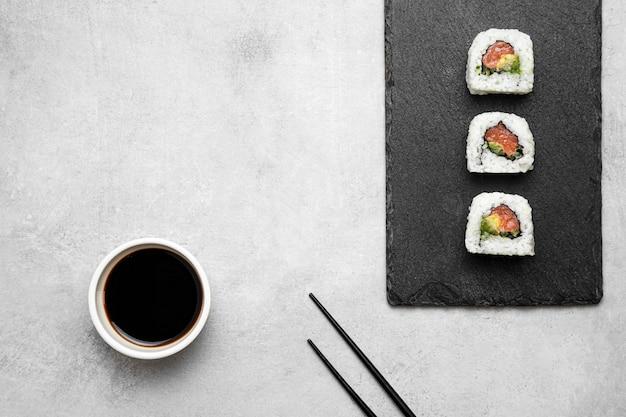 Acima, vista deliciosa sushi a bordo