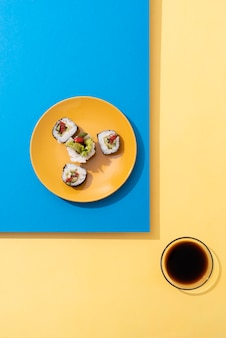 Acima, vista deliciosa sushi e molho de soja