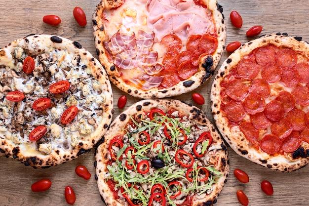 Acima vista delicioso arranjo de pizza