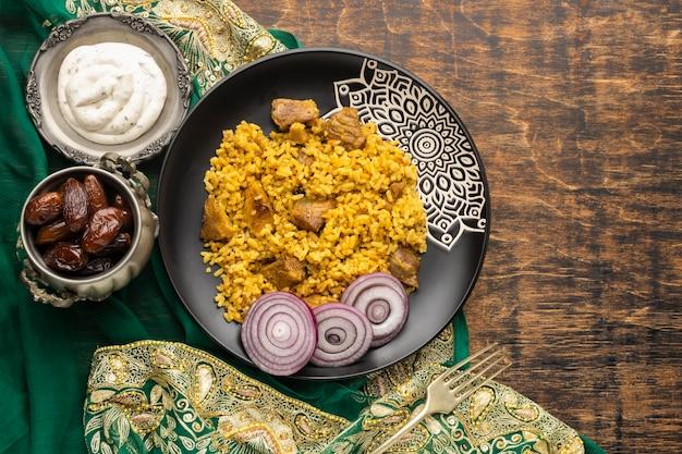 Acima vista delicioso arroz com cebola