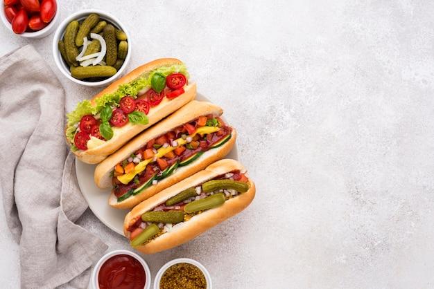 Acima vista deliciosos cachorros-quentes com vegetais