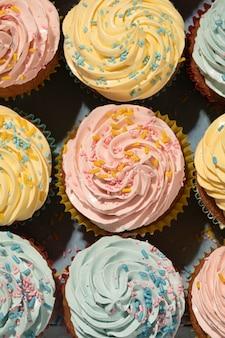 Acima vista deliciosos cupcakes com cobertura