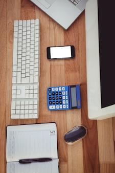 Acima vista do balcão de negócios com computador e smartphone