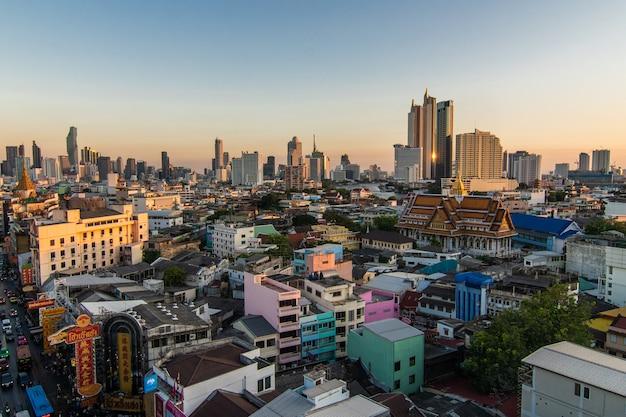Acima vista do telhado na cidade de china no meio da cidade bangkok, tailândia