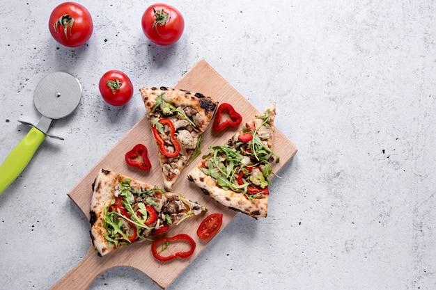 Acima vista fatias de pizza arranjo