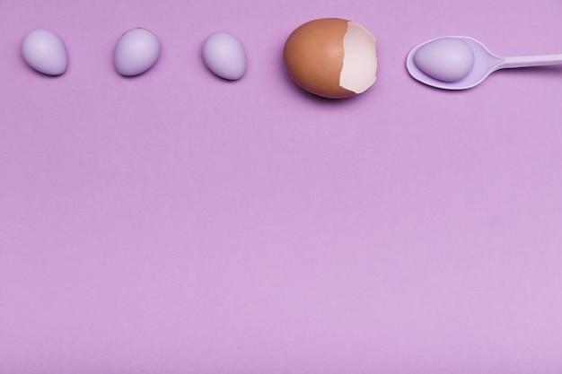 Acima vista frame com casca de ovo e doces