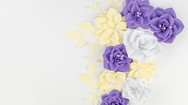 Acima vista frame com flores coloridas e cópia-espaço