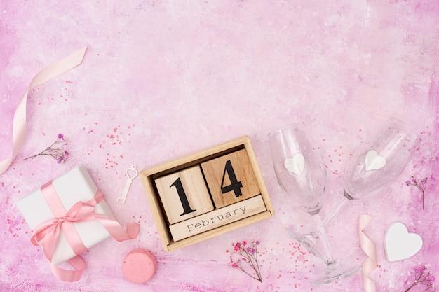 Acima vista frame com fundo rosa e presente