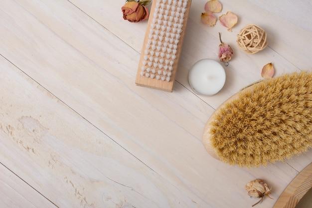 Acima vista frame com itens de banho em fundo de madeira