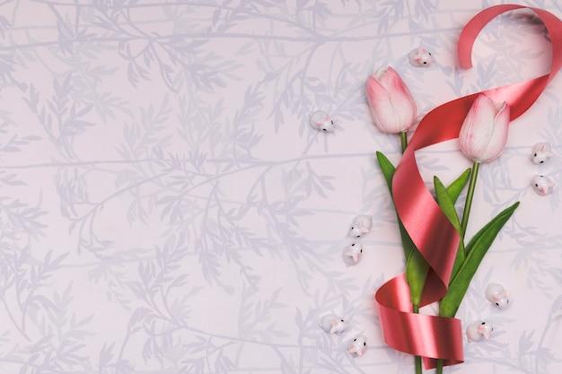 Acima vista frame com tulipas e fita vermelha