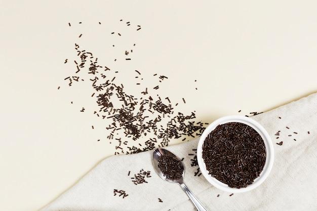 Acima vista jimmies de chocolate em uma tigela
