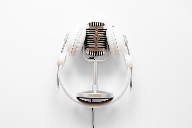 Acima vista microfone com fones de ouvido