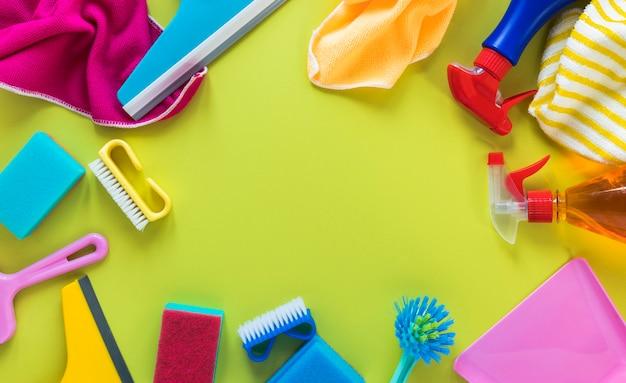 Acima vista moldura circular com produtos de limpeza e panos