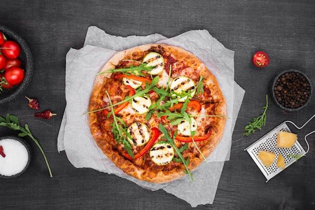 Acima vista pizza de rúcula com queijo
