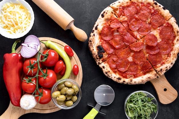 Acima vista pizza em fundo de estuque