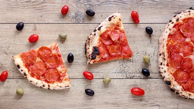 Acima vista pizza em fundo de madeira