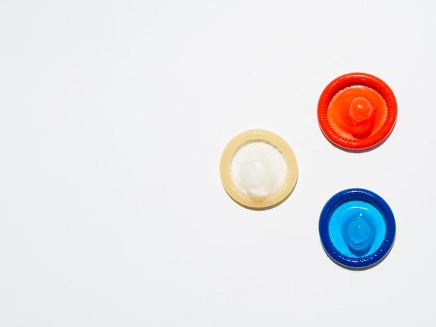 Acima, vista, preservativos desembrulhados, branco, fundo