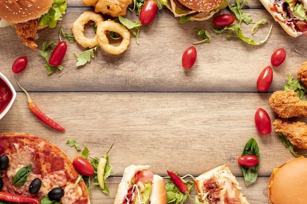 Acima vista quadro circular com alimentos pouco saudáveis