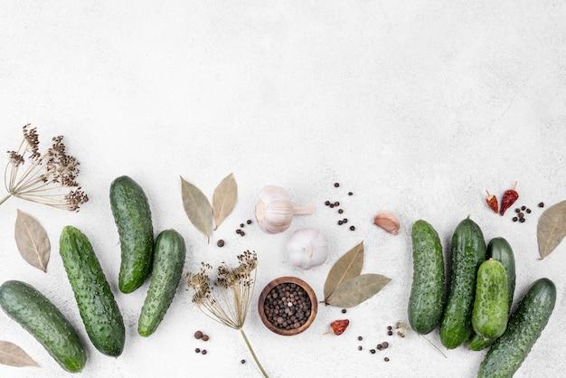 Acima vista quadro de pepinos com cópia-espaço