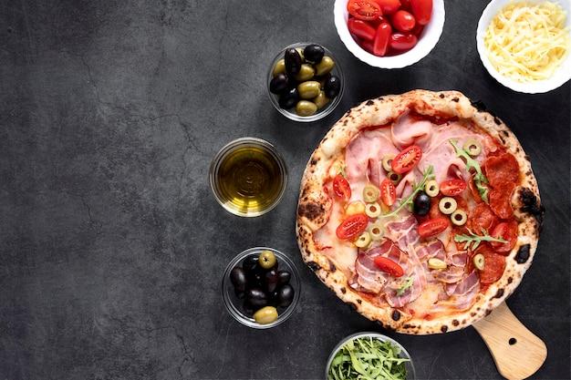 Acima vista quadro de pizza com cópia-espaço