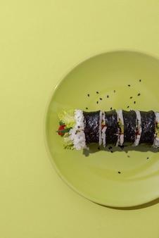 Acima vista sushi no prato verde