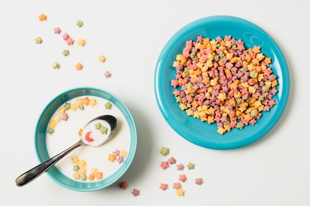 Acima vista variedade com tigela com leite e cereais