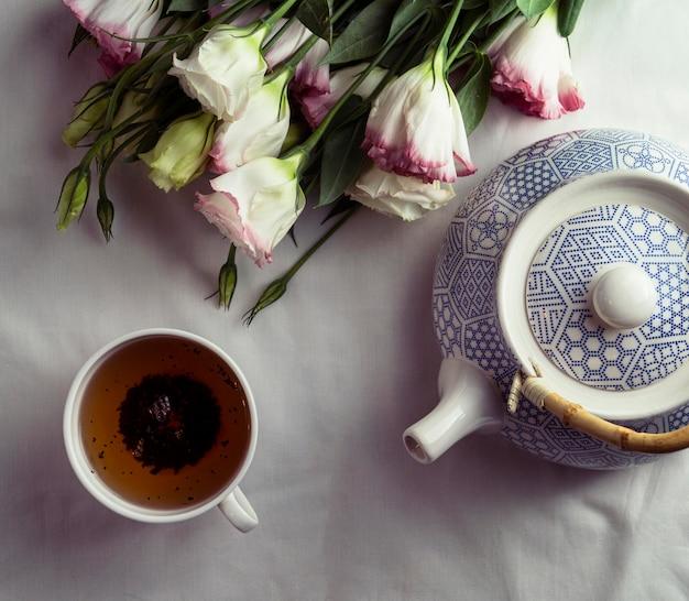 Acima vista xícara de chá e bule