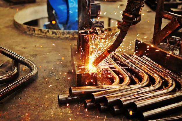 Aço de solda e faíscas brilhantes na indústria da construção de aço.