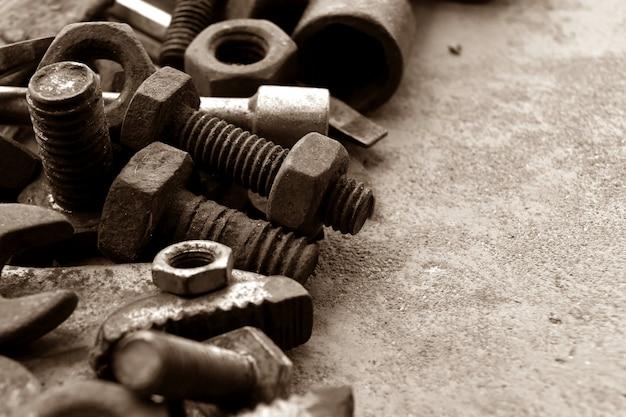 Aço enferrujado no chão de cimento para abstrato